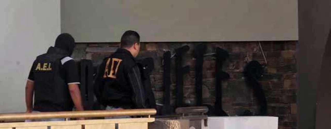 21-octubre-2011.- Tras permanecer abierto durante toda la noche, el bar Los Rieles es escenario de la ejecución de un joven de 18 años de edad, encargado de cuidar los autos de los clientes en el estacionamiento del centro nocturno. Se presume que la víctima fue ejecutada por un hombre que en días pasados sostuvo un riña con personal del bar.