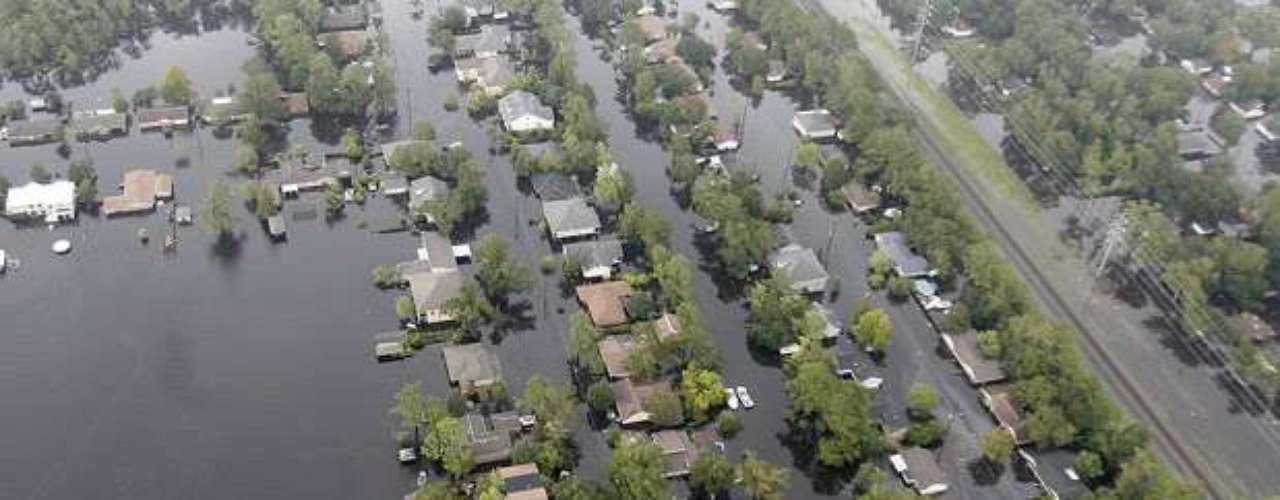 En Nueva Orleans (Louisiana), donde se han acumulado hasta 25 centímetros de agua de lluvia, se han iniciado las tareas de limpieza y arreglo de desperfectos en sus calles, donde al menos 149.000 viviendas permanecen sin electricidad, anunció su alcalde.