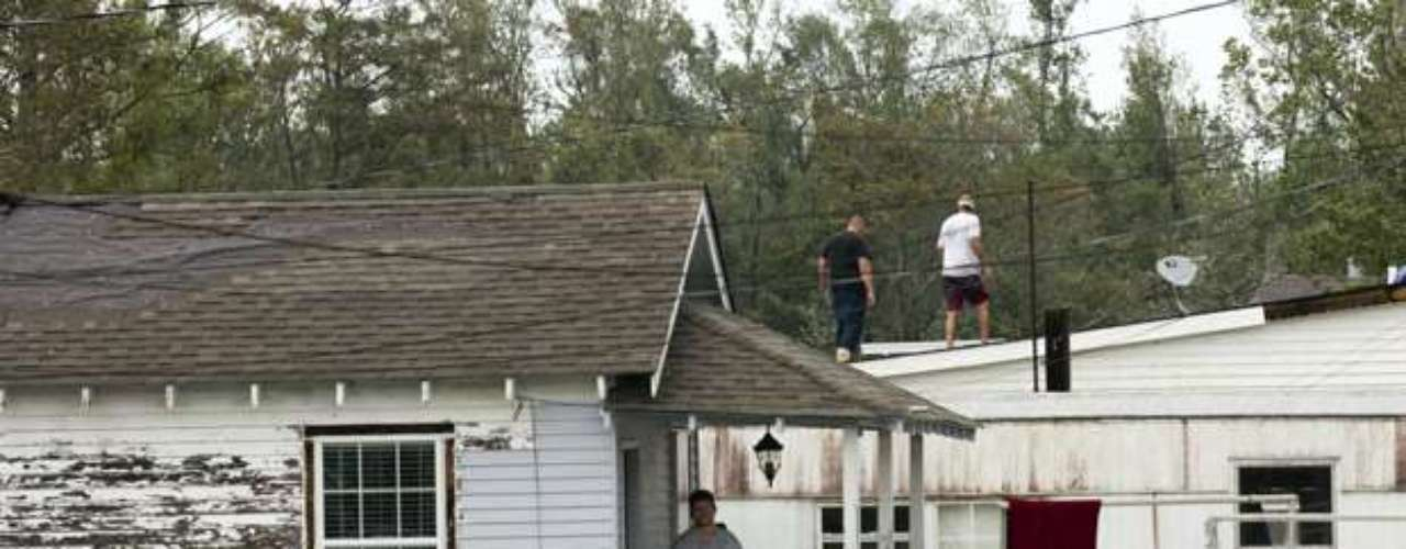 Previamente, en Vermilion (Louisiana) murió un hombre de 36 años al caer desde un árbol al que se había subido para ayudar a otra persona a mover un vehículo, según confirmó el alguacil de ese distrito, Mike Couvillon, en un comunicado. En total, fueron cinco los muertos en Louisiana y dos en Misisipì. Los últimos dos cuerpos fueron encontrados sin vida en Braithwaite.