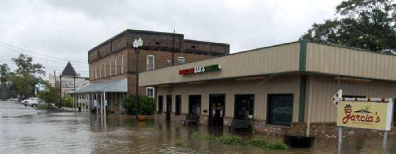 Al azote de las constantes lluvias se ha sumado la amenaza de que la presa del lago Tangipahoa, en el sur de Misisipi, se quiebre a causa de los daños sufridos por esas lluvias.