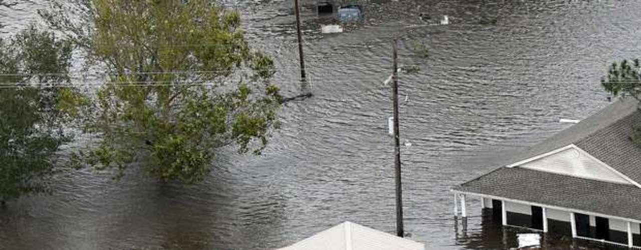El gobernador de Louisiana, Bobby Jindal, explicó en una conferencia de prensa que las autoridades de Misisipi están estudiando cómo liberar el agua acumulada en la presa de una forma controlada.