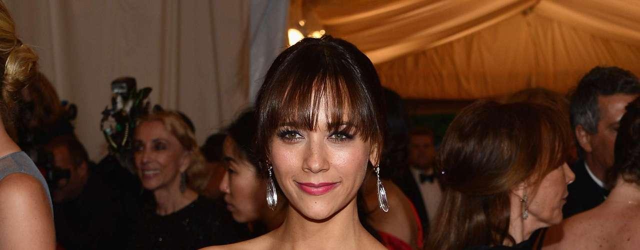 La actriz Rashida Jones estuvo saliendo con en el cantante en 2009, luego de que se conociera la ruptura del artista con Jennifer Aniston.
