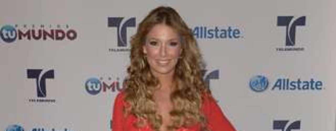 Alessandra Villegas, presentadora de Telemundo, se vistió de rojo pasión para su aparición en la prefiesta del evento. Se veía bellísima.
