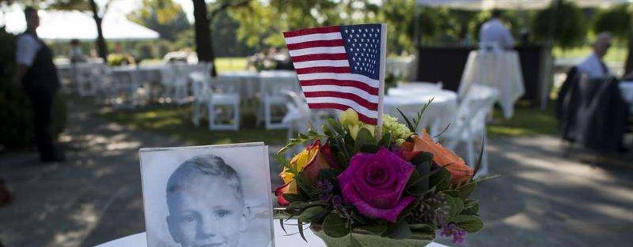 Al funeral privado del astronauta Neil Armstrong se realizó en el Camargo Club de Cincinnati, Ohio (EE.UU.) y contó con la presencia de la familia, algunas personalidades y un reducido grupo de amigos entre los que se encontraban varios de sus compañeros de trabajo.