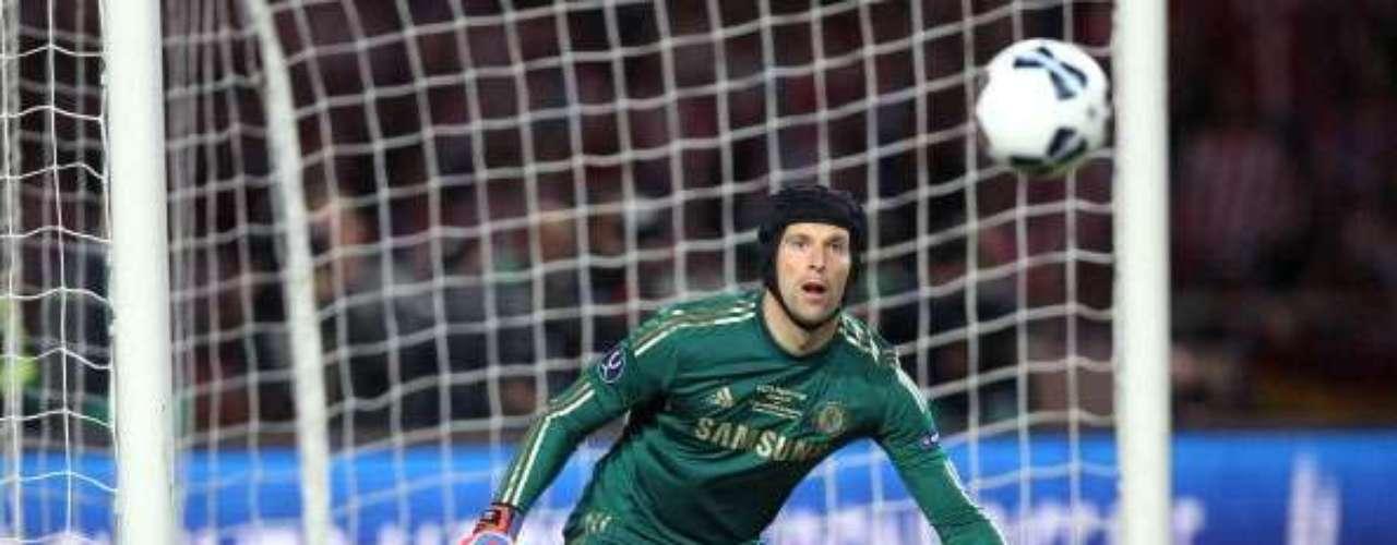 Cech observa el balón