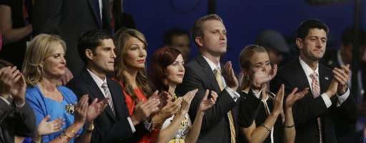 Los candidatos y sus esposas siempre estuvieron en primera fila.