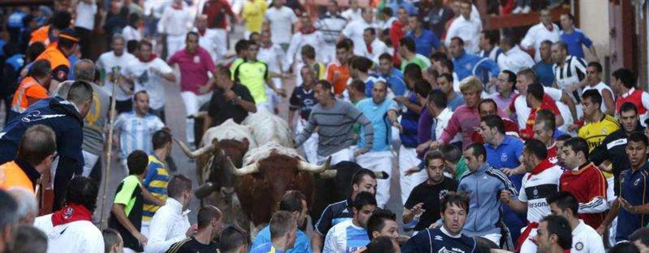 Imagen del encierro de hoy, cuarto de la fiesta de San Sebastián de los Reyes, que ha finalizado con un gran tapón que ha provocado 19 heridos. Al menos cuatro de ellos han sido trasladados a centros sanitarios tras ser atendidos en el hospital de campaña montado junto a la plaza de toros.