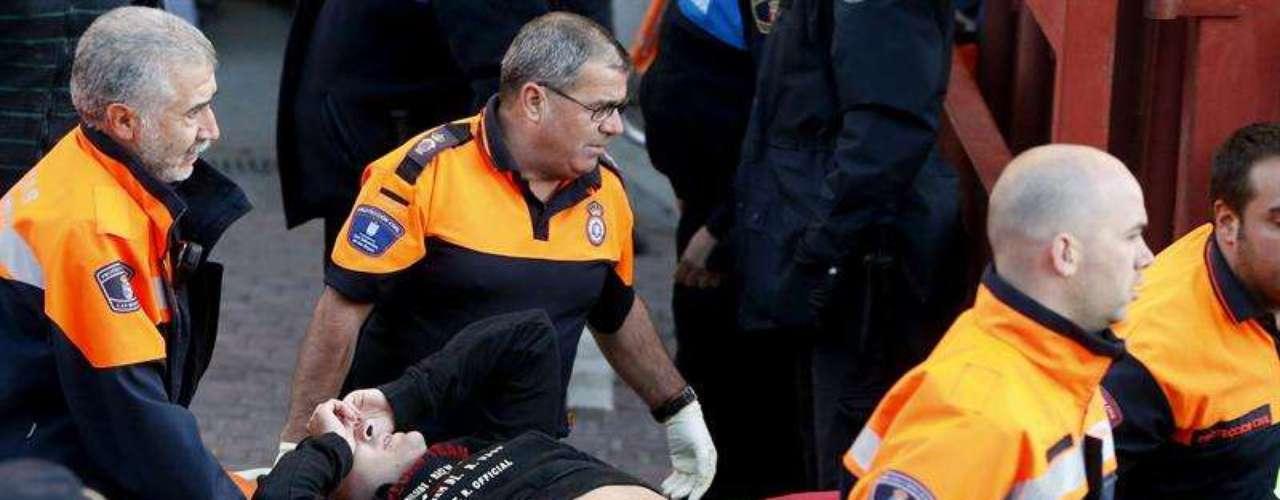 Los servicios de emergencia trasladan a uno de los 19 heridos en el tapón que se ha producido en el cuarto encierro de las fiestas de San Sebastián de los Reyes, que ha finalizado con 31 heridos en total.
