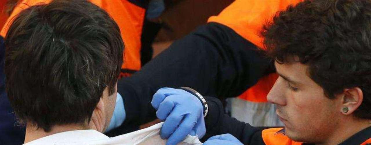 Los servicios sanitarios observan la magulladura de uno de los heridos en el encierro.