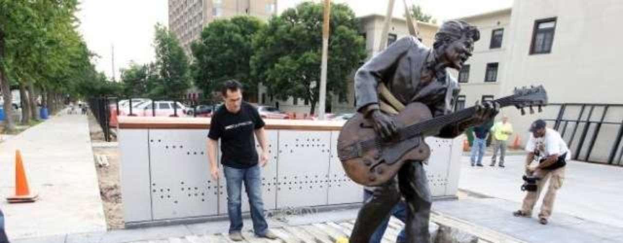 Chuck Berry. Solo ha pasado un año desde que el rockero tiene una estatua en su honor en su ciudad natal, St. Louis, en el estado de Missouri. La estatua, de más de dos metros de altura, representa al rockero en su pose más característica: guitarra en mano y a punto de lanzarse a hacer su legendario baile del pato.