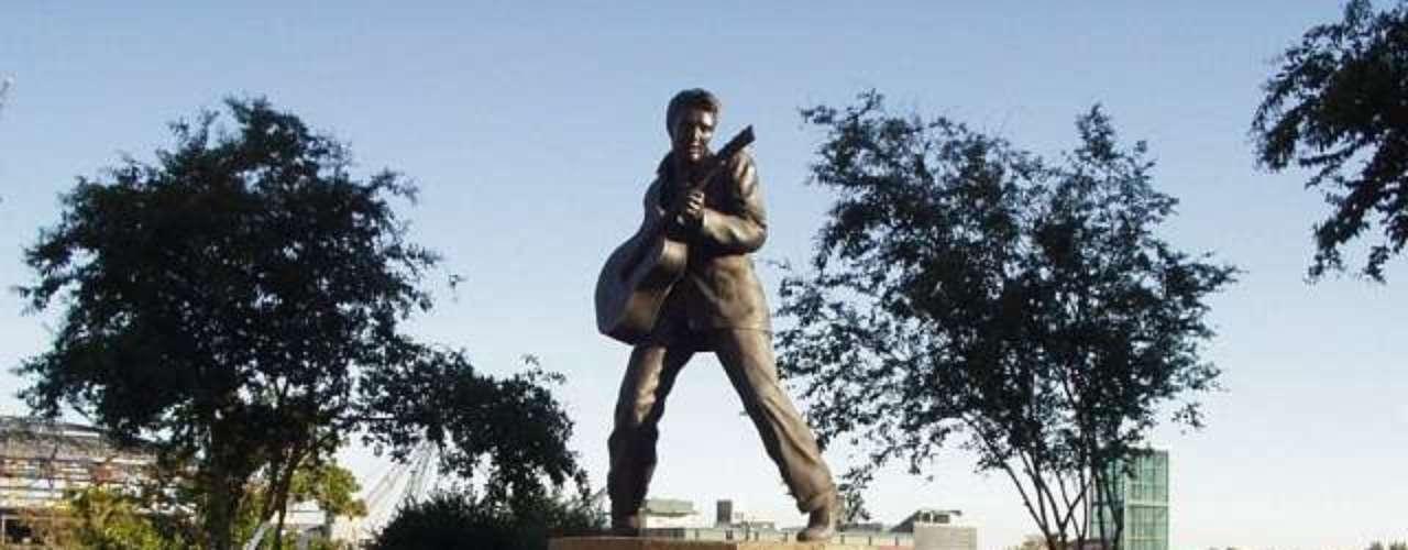 Elvis Presley. El rockero también cuenta con numerosos monumentos en todo el mundo, sin embargo esta imagen pertenece a su homenaje en Menphis.