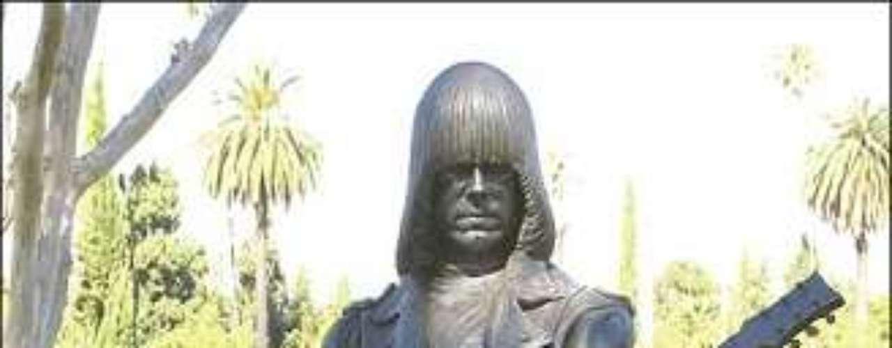 Johnny Ramone. La estatua de bronce del cofundador de la banda de punk rock Ramones se encuentra ubicada en el cementerio Hollywood Forever de Los Angeles desde el 14 de enero de 2005.
