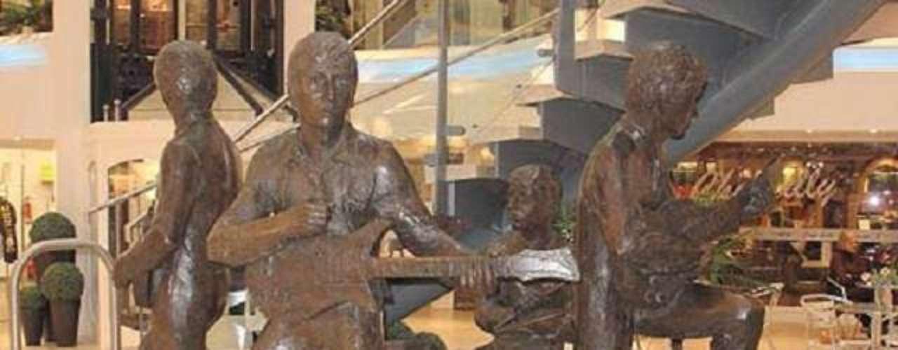 The Beatles. El cuarteto de rock más famosos de la historia tiene su estatua en su ciudad natal, Liverpool. Las piezas representan una de sus primeras actuaciones en The Cavern Club. Tienen muchas otras repartidas por el mundo, todos juntos o por separado, obviamente.