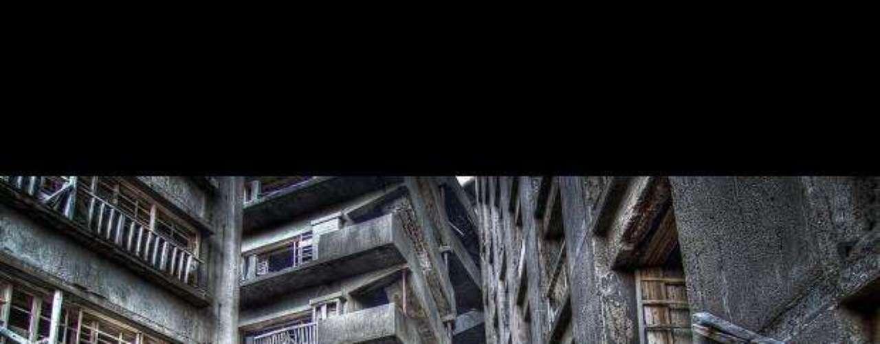 La metrópoli olvidada. Gunkanjima es una metrópoli en descomposición que muchos la califican como el lugar más desolador del planeta. Se ubica en una isla en la costa oeste de Japón (Prefectura de Nagasaki). Llegó a alcanzar los 5,259 habitantes. El cierre de minas de carbón a finales de los 60 la afectó. La ciudad es ahora un enorme paraíso para fotógrafos y curiosos.
