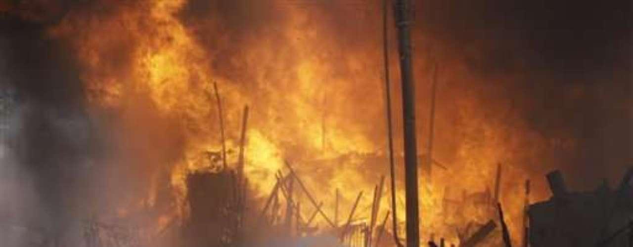 El departamento de bomberos dijo que el incendio, que comenzó el lunes en la tarde, dejó cuatro víctimas con quemaduras y una de ellas intoxicada por inhalación de humo, aunque no se había informado de muertos.