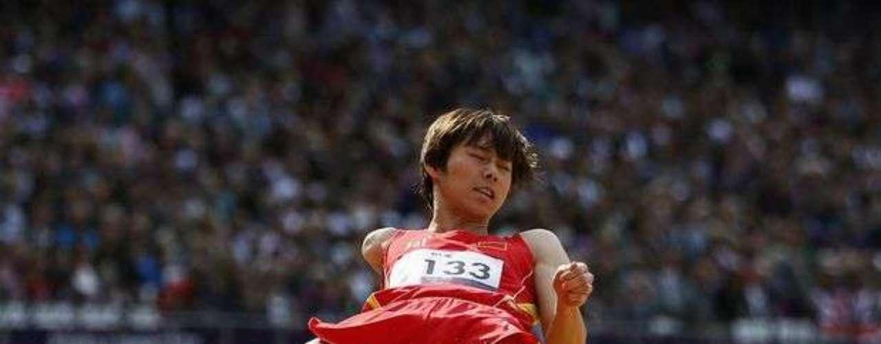 El chino Hongiie Chen aterriza en la caja de arena después de saltar. El asiático terminó la final del salto en largo F46 en 9ª posición. La medalla de oro fue para su compatriota Fuliang Liu.