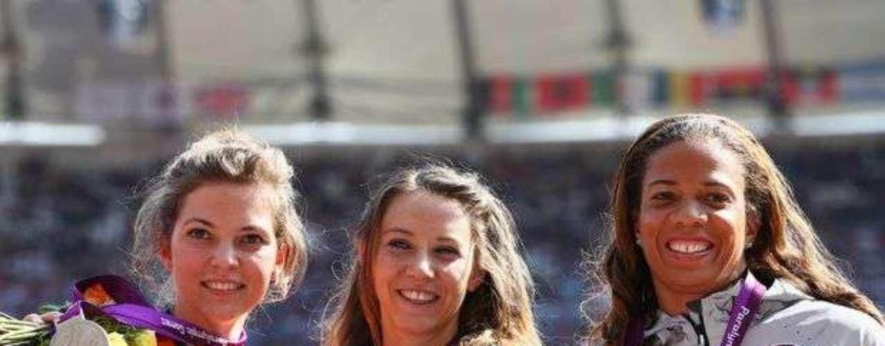 De izquierda a derecha: la holandesa Marlou Van Rhijn (plata), la francesa Marie-Amelie Le Fur (oro) y la estadounidense April Holmes exhiben medallas conquistadas en la final de los 100 m lisos T44, para atletas amputados.
