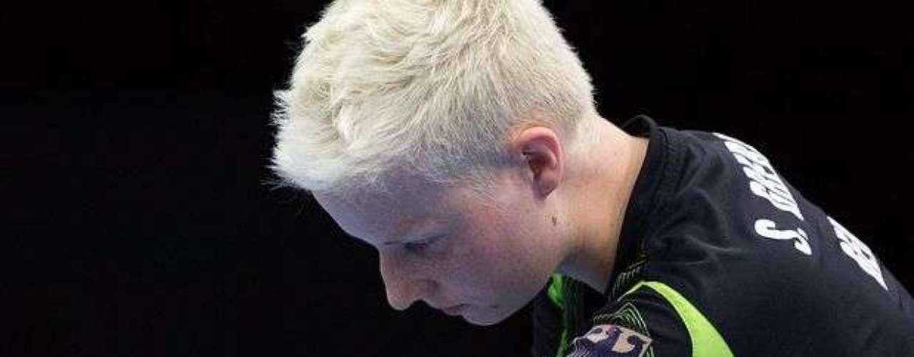 La alemana Stephanie Grebe se prepara para sacar contra la ucraniana Yuliya Klymenko, en la disputa por el bronce en el tenis de mesa. Derrotada, la atleta se quedó sin medalla.