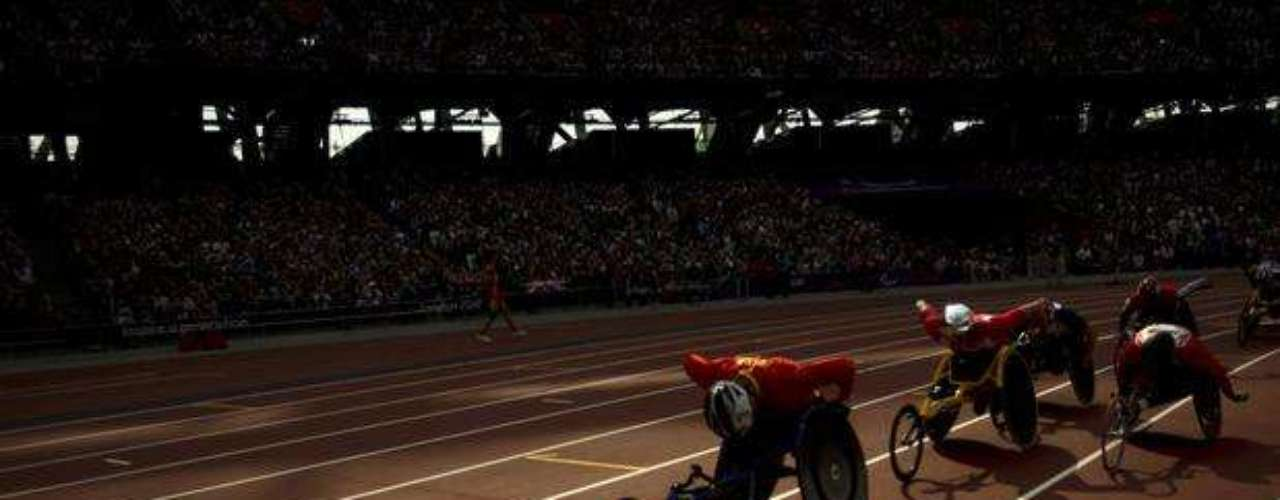 Los competidores disputan las eliminatorias de los 1500 m T54 para atletas en silla de ruedas.