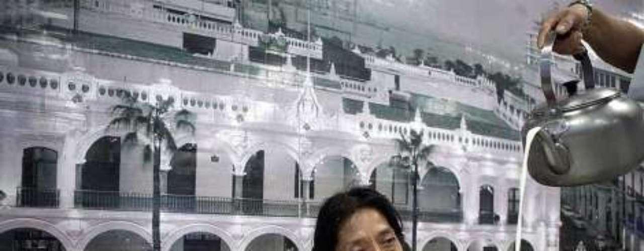 Regina Martínez, fue asesinada atrozmente la madrugada del sábado 28 en su casa de Xalapa, Veracruz, formaba en las filas de los periodistas que incomodan al poder. Tras su muerte, se desató una ola de violencia en contra de más periodistas, sumando cinco asesinatos más.