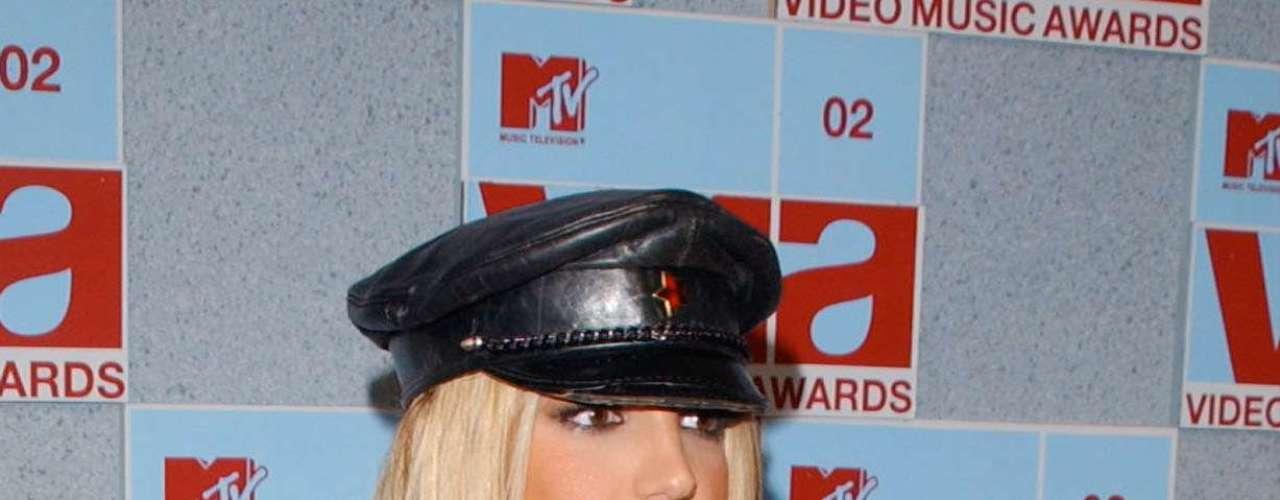 Britney Spears quiso ser una 'femme fatale' en el 2002 donde vistió de cuero, con un sombrerito muy feo y a la hora del homenaje a Michael Jackson no dejó de mascar un dulce