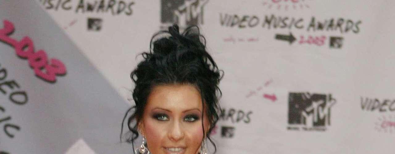 En el 2003, Christina regresó con un nuevo look. La cantante pintó su cabellera de negro y quiso lucir más sexy pero nuevamente no lo logró y tal parecía que iba al carnaval por las plumas que llevaba su vestido