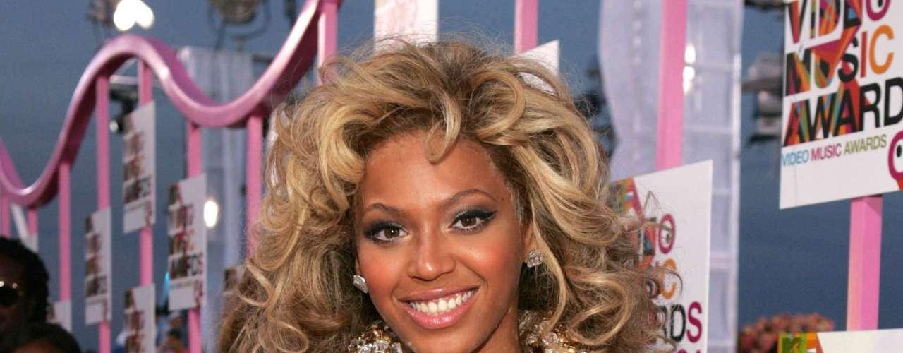 En el 2004, Beyonce estaba más emocionada por su maquillaje que olvidó peinarse y elegir bien su vestuario. Aún así, Beyoncé desde ahí marcó tendencia de que el color dorado es su favorto