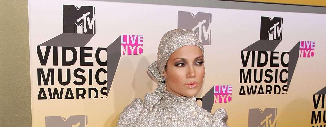 Para los premios del 2006, Jennifer Lopez parecía más un personaje de un cómic puesto que hasta llevaba turbante, botas y un vestido muy ceñido