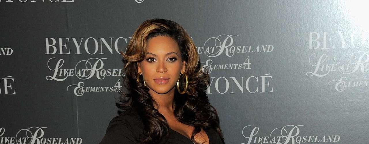 Ni siquiera estando embarazada, Beyoncé perdió el estilo. Solía llevar prendas en negro pero siempre con detalles en dorado o colores vibrantes.