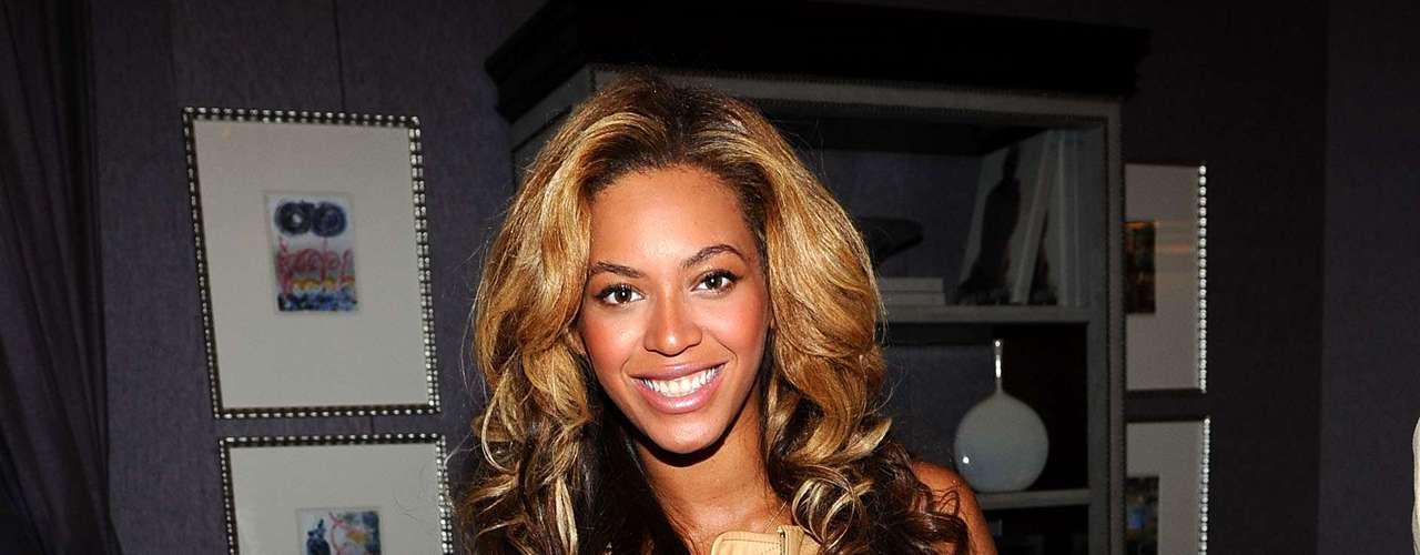 Beyoncé también se hizo fanática de los desfiles de moda, así que desde hace unos años es una de las celebridades que no falla a la semana de la moda de Nueva York o Londres. Aquí la vemos lucir una cabellera a dos tonos que le va mejor.