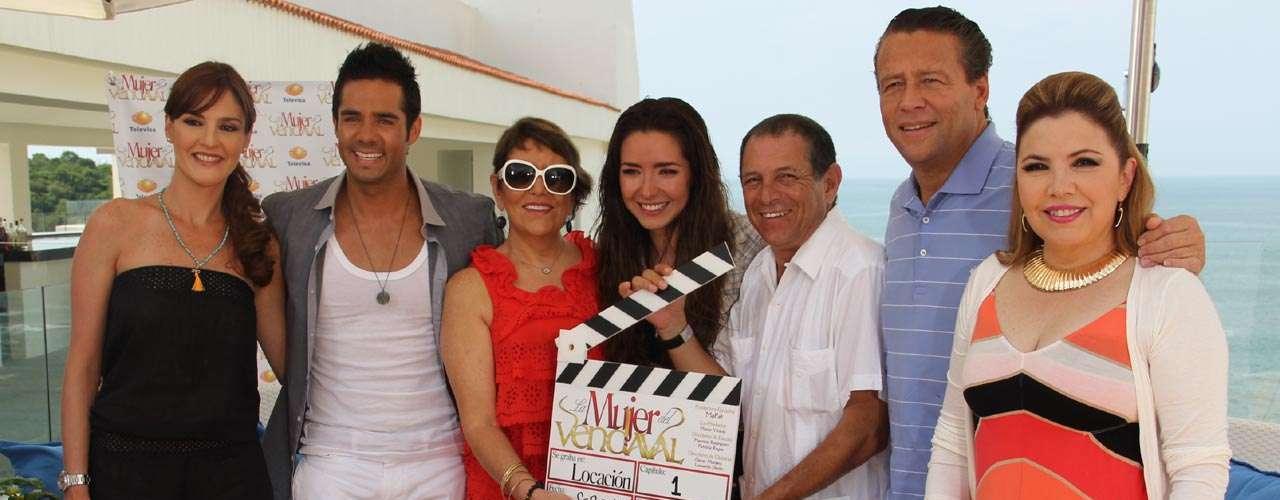 El elenco y producción de la telenovela 'La Mujer del Vendaval', encabezados por Martha Patricia L. de Zatarain, dieron el pizarrazo oficial de las grabaciones.