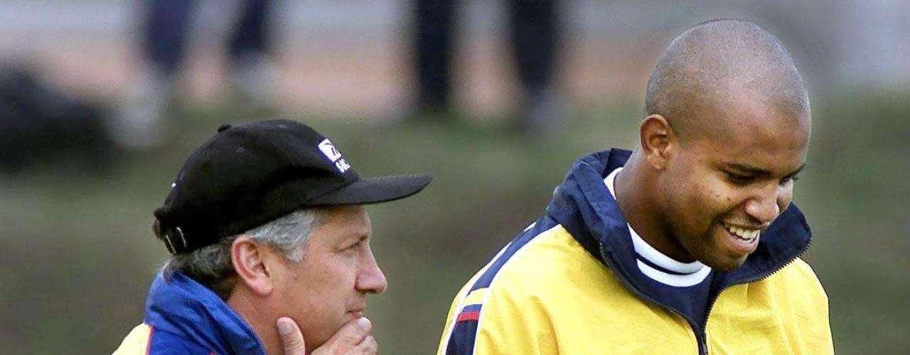Luis Augusto García, decidió que la Selección Colombia de mayores jugara las Eliminatorias a Corea y Japón 2002 en Bogotá, pero su resultado fue nulo y la tricolor se quedó sin ir a la cita mundialista, luego de haber estado en las últimas tres ediciones.