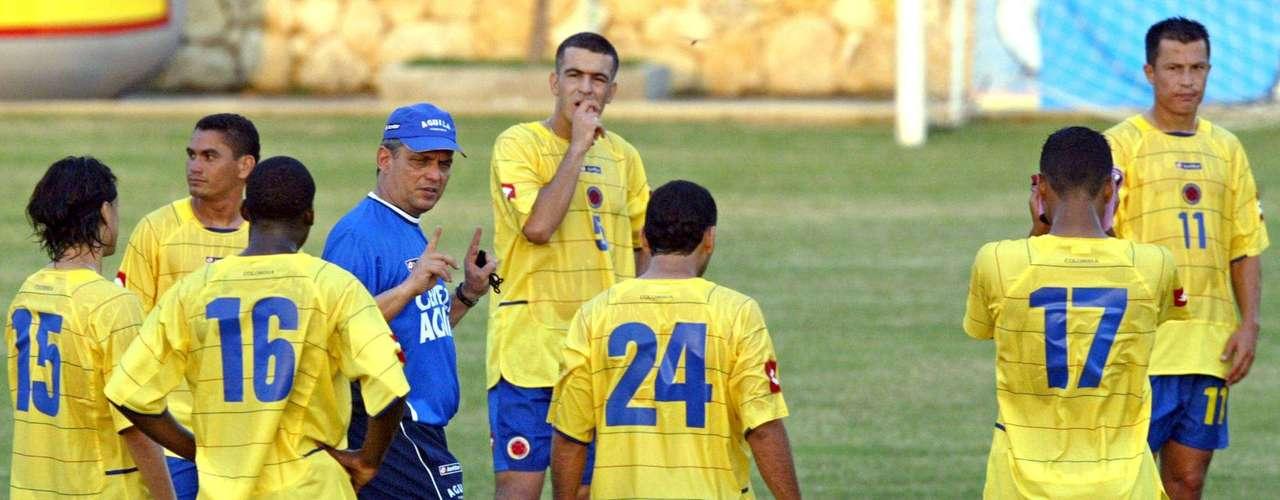 Reinaldo Rueda, seleccionador que estuvo en las categorías menores de la Selección Colombia, fue llevado a la mayores luego de la salida de Jorge Luis Pinto, por lo que afrontó un difícil momento del combinado nacional, el cual terminó involucrándolo y costándole su puesto, al quedar eliminado del Mundial de Alemania 2006.