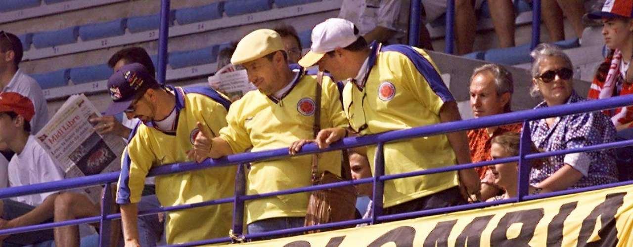 Aficionados colombianos lamentaron la desaparición de Andrés Escobar, asesinado en Medellín luego de la participación de Colombia en el Mundial de USA 94, donde el defensor antioqueño anotó un autogol ante Estados Unidos.