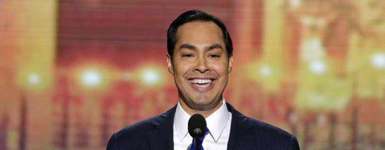 El alcalde hispano de San Antonio, Texas, Julián Castro, triunfó al atacar al republicano Mitt Romney, afirmando que \