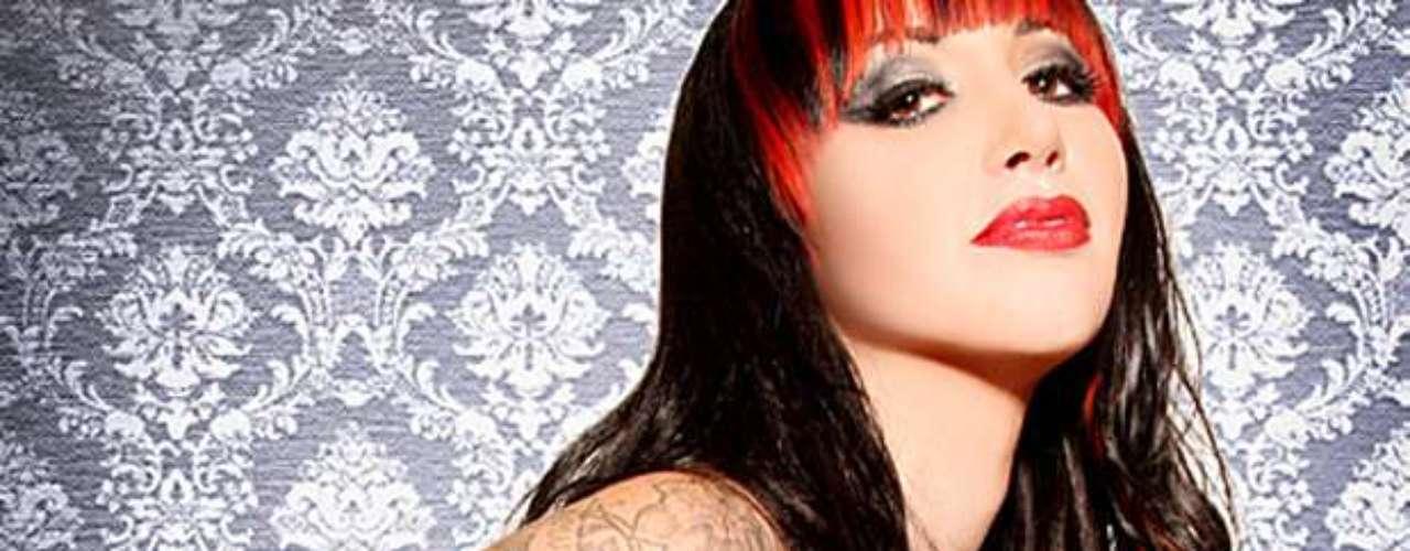 Ashley Costello, es la mamacita de la banda New Years Day. A pesar de sus tatuajes, posee un toque mágico que llamó la atención de los fanáticos, quienes la colocaron en cuarto lugar de la lista.