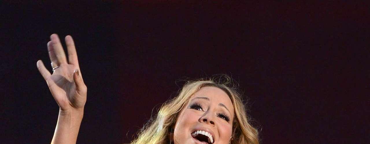 La estrella aparte de su nuevo hit cantó \