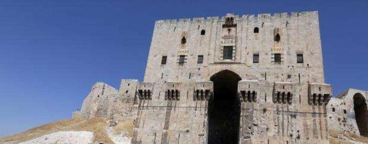 Los miembros del ejército sirio observan la puerta destruida de la histórica ciudad de Crac Des Chevaliers, cercana a Alepo.