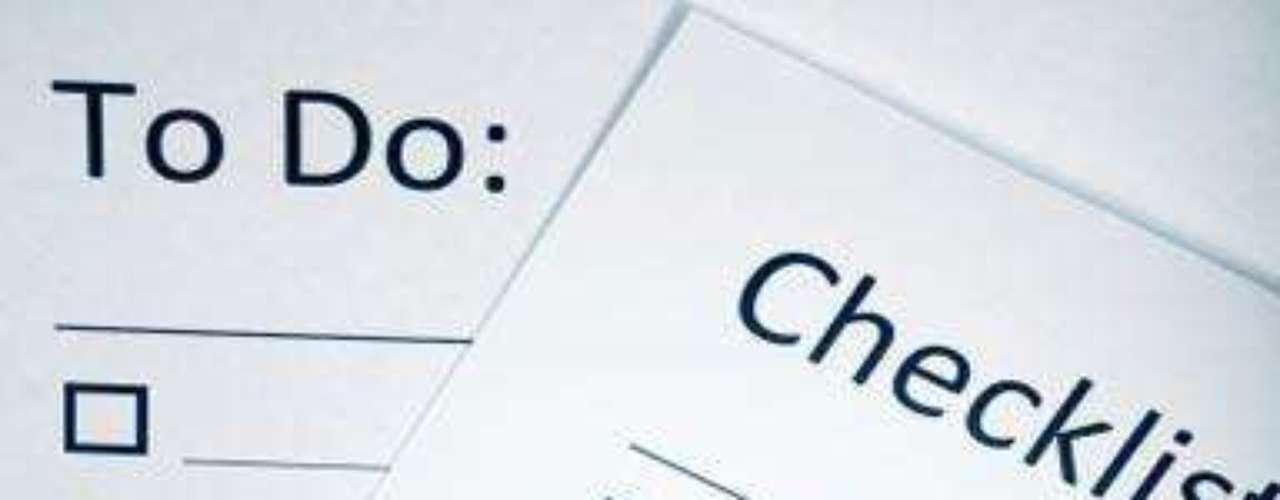 Paso 1:Elige una libreta o agenda para describir todas las actividades que debes realizar para una mudanza exitosa. Escribe todo, (desde adquirir cajas, etiquetas, cinta etc. hasta cuándo empezar a empaquetar qué).