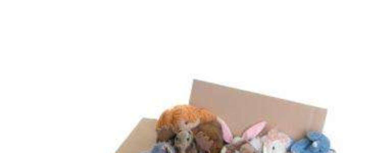 Paso 8Personaliza las cajas de los miembros de tu familia. Si tienes varios niños esta es la mejor manera para que ellos se diviertan involucrándose en el proceso de mudarse. Motívalos a desechar aquellos juguetes o ropa que ya no estén usando para regalárselos a otros niños que puedan aprovecharlos. Así que dona todo lo que ya utilices como ropa artículos o muebles a la caridad, de esta forma también renovarás la energía de tu nuevo hogar.
