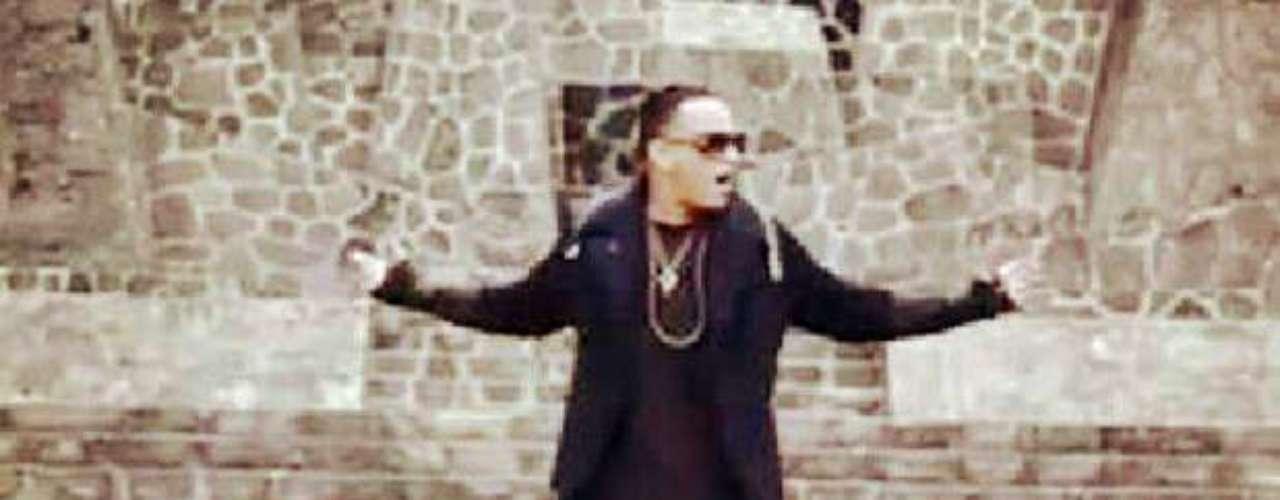 Daddy Yankee se mueve como el amo del escenario entre especies de seres vivos que recrean un mundo de fantasía.