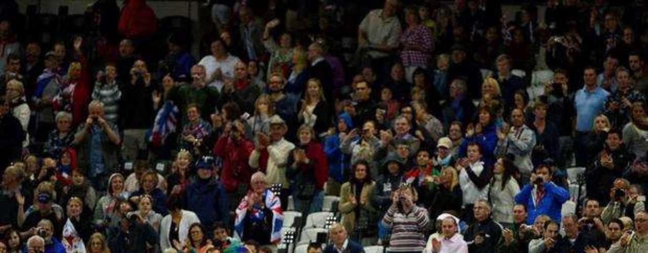 Los brasileños festejan y hacen piruetas junto a los espectadores presentes en el Estadio Olímpico de Londres, tras la prueba del relevo 4x100 m.