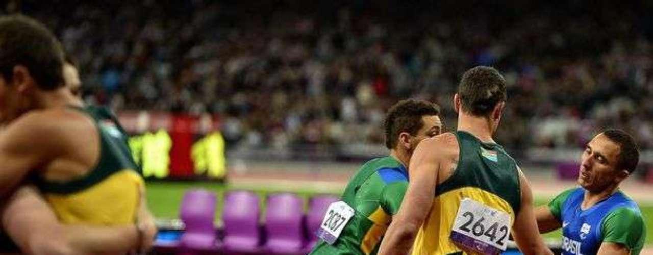 Oscar Pistorius saluda a los deportistas brasileños tras la prueba del relevo 4x100 m.