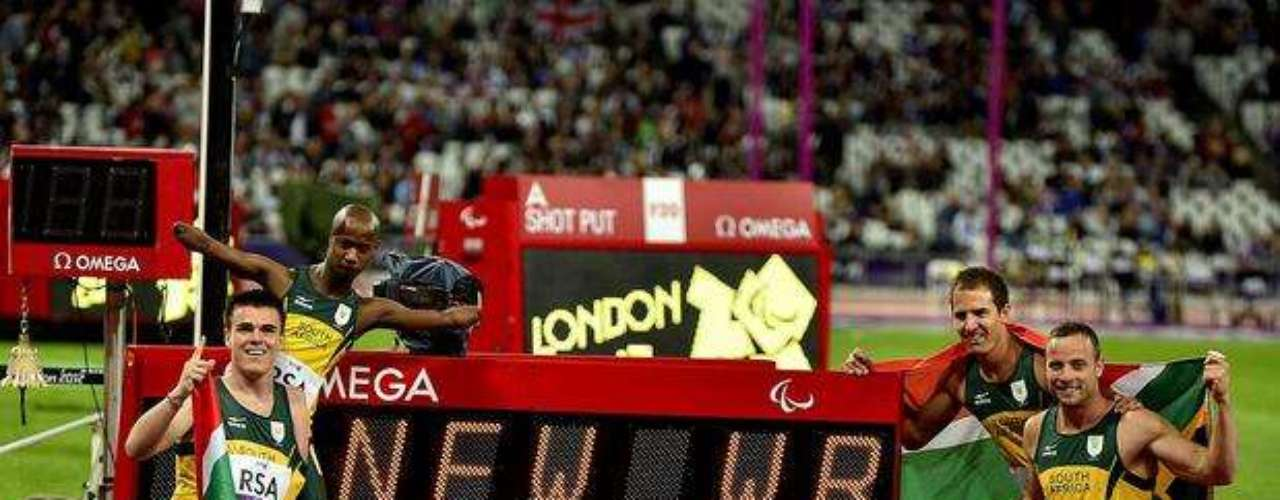 Pistorius y sus compañeros sudafricanos conquistaron el oro en el relevo 4x100 m y también superaron su propio récord mundial, con un tiempo de 41s78.