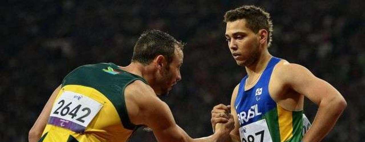 Oscar Pistorius saluda a Alan Fonteles tras la prueba. El sudafricano había denunciado que el brasileño estaría usando prótesis más largas de lo permitido, lo que fue rechazada por el Comité Paralímpico Internacional.