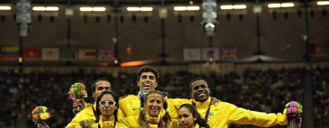 Las brasileñas, que se llevaron las medallas de oro, plata y bonce, posan con sus guías tras la premiación de los 100 m T11.