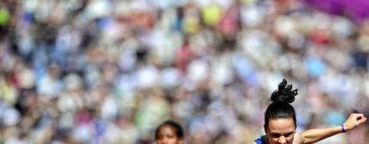 Una brasileña se prepara para correr en el Estadio Olímpico de Londres.