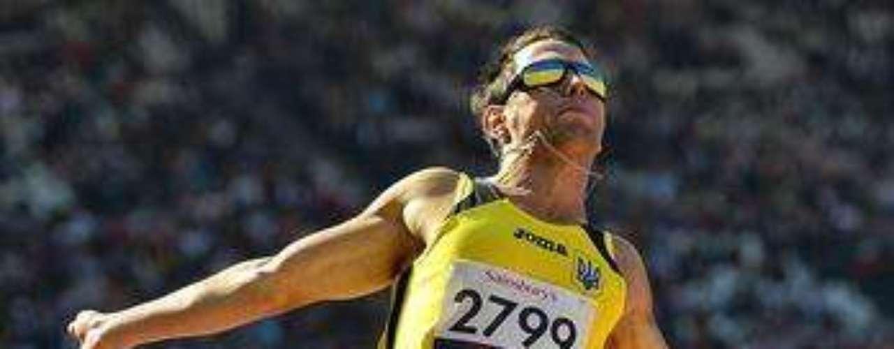 Un atleta del salto de longitud \