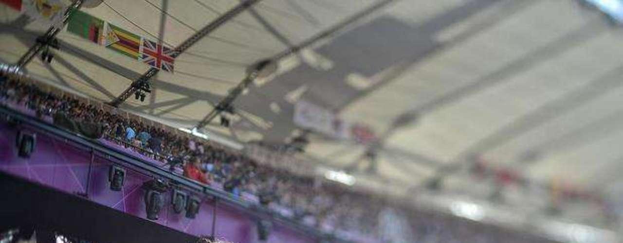 Una niña británica alienta a los deportistas de su país vestida con los colores patrios.