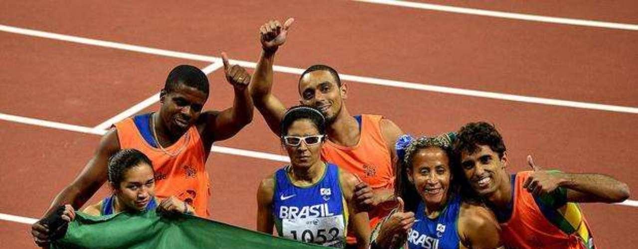 Las brasileñas, que se llevaron todas las medallas de la prueba, posan para fotos con sus guías y con la bandera del país.